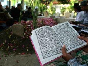 membaca quran di kuburan