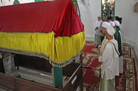 tidak sah shalat di masjid yg ada kuburan