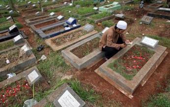 baca-quran-di-kuburan